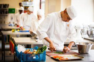 công việc của phụ bếp là chuẩn bị nguyên liệu