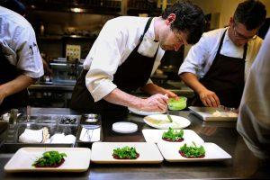phụ bếp chấp hành đúng quy định về món ăn