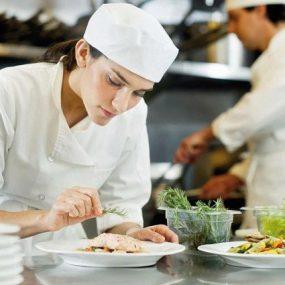 Tìm Việc Phụ Bếp Tại TP.HCM Và Những Điều Bạn Cần Lưu Ý